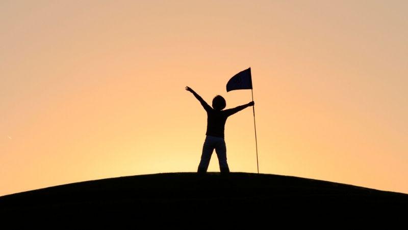 暗闇で旗を持つ少年