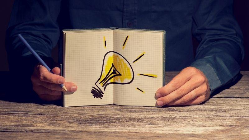 開いたノートに電球のマーク