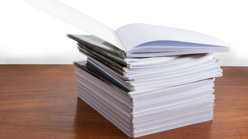 積み上がったノート