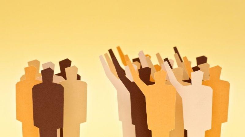 手を挙げる多数派