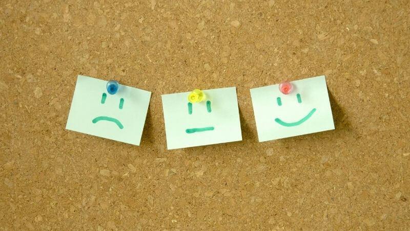 笑顔と真顔と微妙な顔の顔文字が書かれた紙